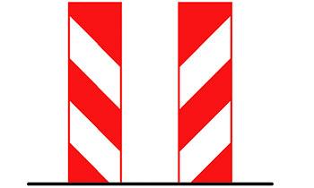 Красная вертикальная разметка на колоннах